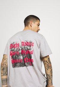 Night Addict - SKELE UNISEX - T-shirt med print - white - 3
