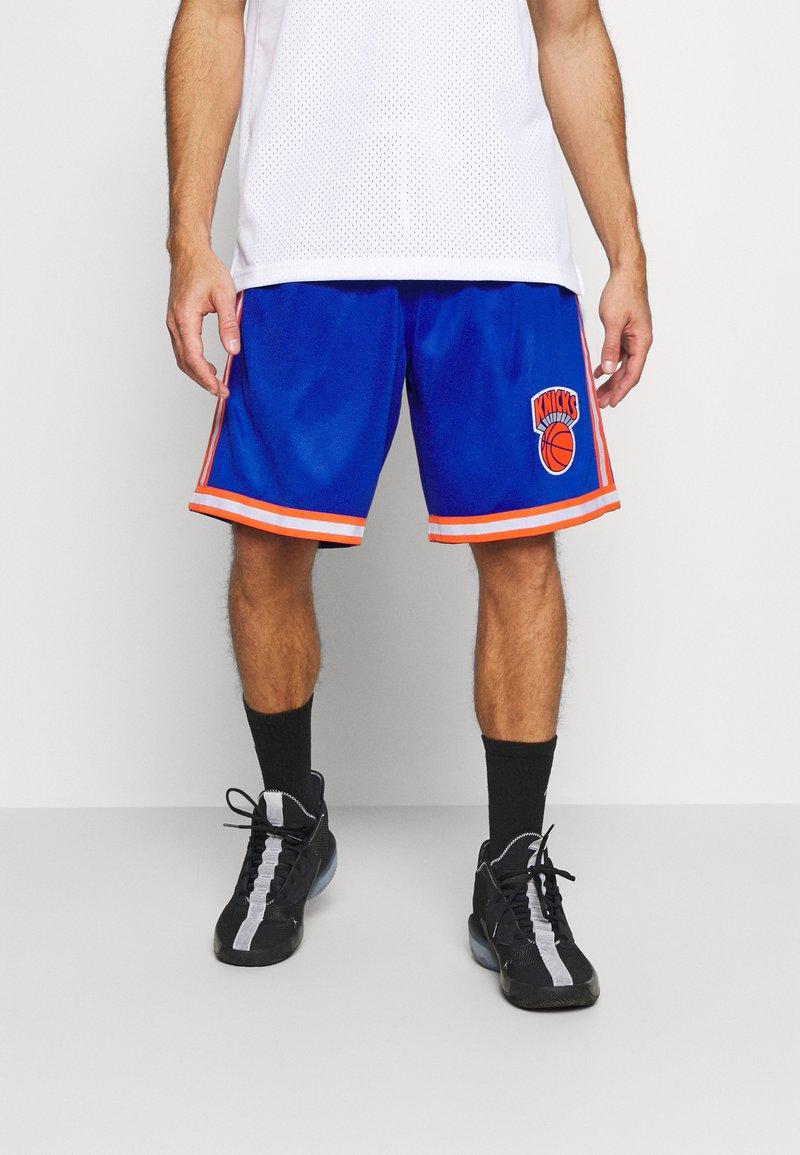 Mitchell & Ness - NEW YORK KNICKS NBA OLD ENGLISH FADED SWINGMAN SHORTS - Short de sport - capital blue