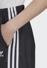 adidas Originals - LONG SHORTS - Teplákové kalhoty - black - 3