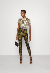 Versace Jeans Couture - Print T-shirt - white/gold - 1