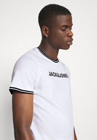 Jack & Jones - JCOCLEAN TEE CREW NECK - T-shirt print - white