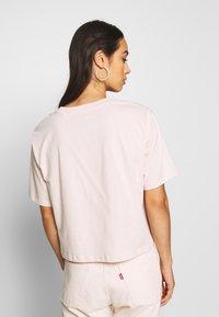 Levi's® - GRAPHIC BOXY TEE - Printtipaita - peach blush - 2
