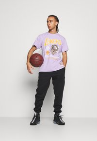 Mitchell & Ness - NBA LA LAKERS RINGS TEE - Article de supporter - purple - 1