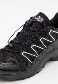 Salomon - XA-COMP ADV UNISEX - Sneakers basse - black/white/goji berry - 5