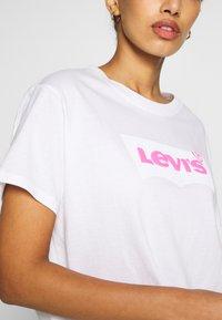 Levi's® - GRAPHIC VARSITY TEE - Camiseta estampada - neon/white - 5