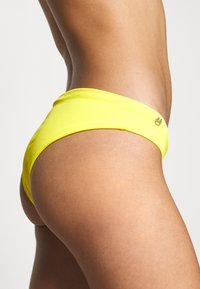 Maaji - SUBMARINE SUBLIMECLASSIC CHEEKY CUT - Bikini bottoms - yellow - 4