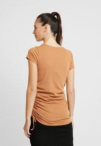 Cotton On - SIDE TIE SHORT SLEEVE - Camiseta estampada - lion - 2