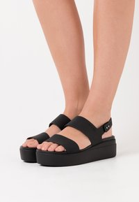 Crocs - BROOKLYN LOW WEDGE - Sandalias con plataforma - black - 0