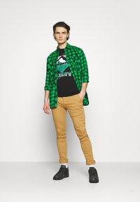 Jack & Jones - JCOCHRIS GIBS TEE CREW NECK - Print T-shirt - black - 1