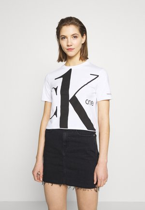 CK ONE BIG LOGO MODERN STRAIGHT CROP - Print T-shirt - bright white