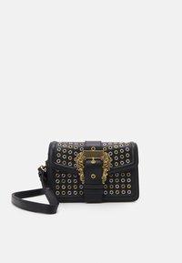 Versace Jeans Couture - BUCKET - Kabelka - nero - 1