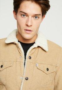 Levi's® - TYPE 3 SHERPA TRUCKER - Denim jacket - beige - 4