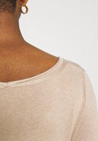 Even&Odd - KNIT MAXI V NECK DRESS WITH SLIT - Strikket kjole - camel - 5