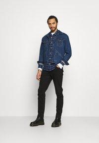 Wrangler - BRAD JACKET - Kurtka jeansowa - blue denim - 1