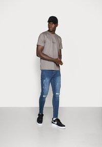 Mennace - 2 PACK UNISEX - Print T-shirt - black/grey - 0