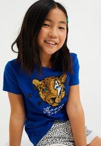 WE Fashion - MET GLITTEROPDRUK - T-shirt print - cobalt blue - 1