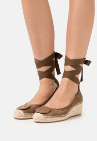 Tory Burch - MINNIE WEDGE  - Lace-up heels - river rock - 0