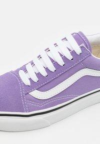 Vans - OLD SKOOL - Trainers - chalk violet/true white - 5