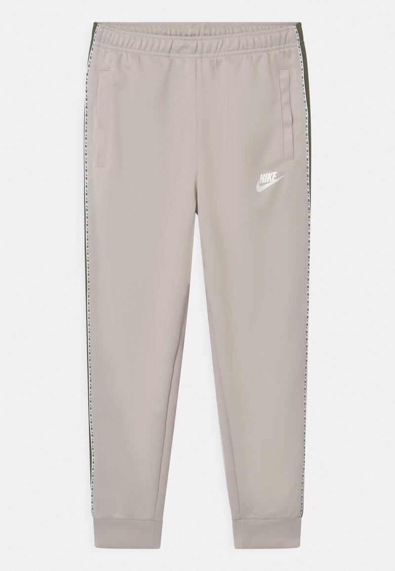 Nike Sportswear - REPEAT - Verryttelyhousut - desert sand/medium olive/white
