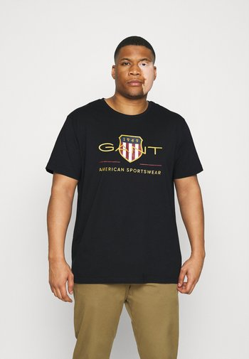 PLUS ARCHIVE SHIELD - T-shirt med print - black