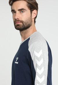Hummel - FLINT - Langærmede T-shirts - black iris - 5