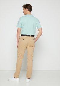 Calvin Klein - SLIM FIT GARMENT DYE BELT - Chinos - grey - 2