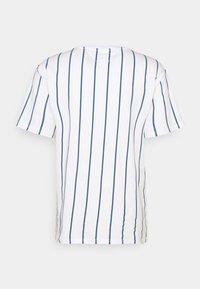 Tommy Jeans - VERTICAL STRIPE LOGO TEE UNISEX - T-shirt imprimé - white/audacious blue - 1