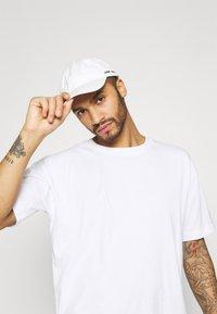 RETHINK Status - OVERSIZED UNISEX - T-shirt med print - white - 3