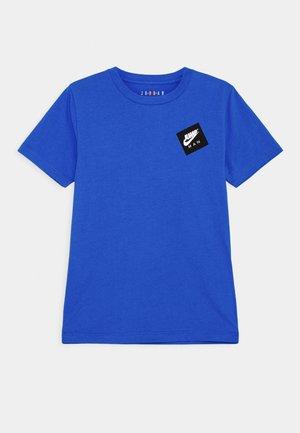 JUMPMAN STACK CLASSIC TEE UNISEX - Print T-shirt - signal blue