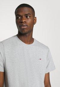 Tommy Jeans - TJM CLASSIC JERSEY C NECK - Basic T-shirt - light grey heather - 4