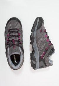 Hi-Tec - RAVUS VENT LOW WP WOMENS - Zapatillas de senderismo - charcoal/cool grey/clematis - 1