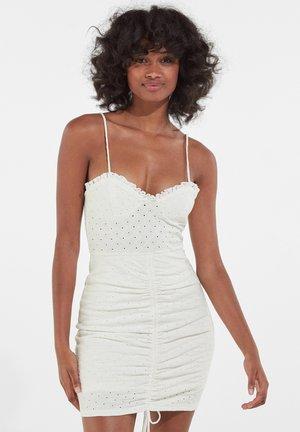 Pouzdrové šaty - white