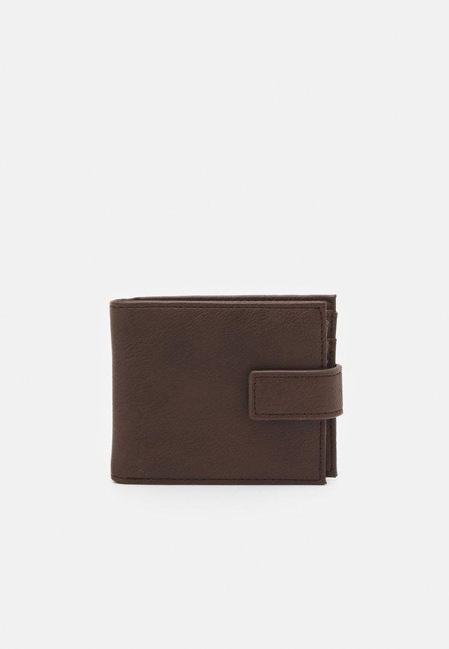 CORE CLASP - Plånbok - brown