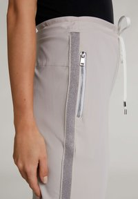 Oui - Tracksuit bottoms - silver lining - 4