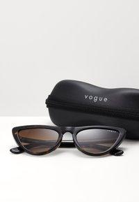 VOGUE Eyewear - Sunglasses - dark havana - 1