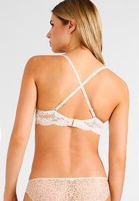 Maidenform - LOVE THE LIFT - NATURAL BOOST CONVERTIBLE DEMI - Multiway / Strapless bra - latte lift/ivory - 3