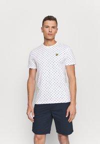 Lyle & Scott - FLAG - T-shirt med print - white - 0