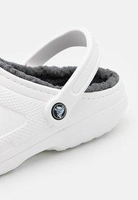 Crocs - CLASSIC LINED - Pantuflas - white/grey - 5