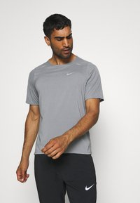 Nike Performance - BRTHE - Camiseta estampada - grey fog/particle grey/reflective silver - 0