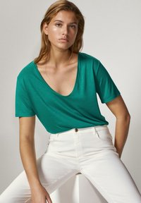 Massimo Dutti - MIT METALLIC-DETAIL - Basic T-shirt - green - 3