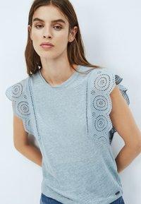 Pepe Jeans - CLARA - Print T-shirt - blue/grey - 3