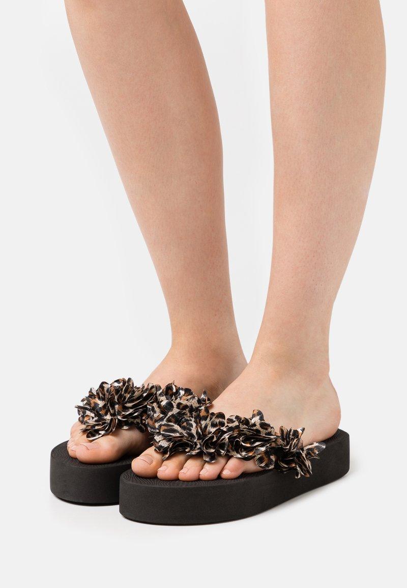 Colors of California - FLOWER TRIM - T-bar sandals - black