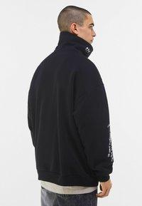 Bershka - MIT ROLLKRAGEN - Sweatshirt - black - 2