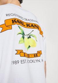Karl Kani - UNISEX SMALL SIGNATURE TEE - T-shirt imprimé - white - 5