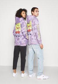 Tommy Jeans - ABO TJU X SPONGEBOB HOODIE UNISEX - Sweatshirt - purple quartz - 2