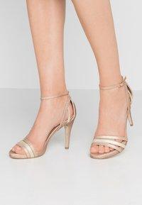 Menbur - Korolliset sandaalit - sand - 0