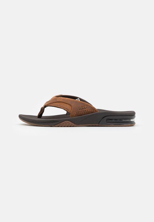 FANNING - Sandály s odděleným palcem - bronze