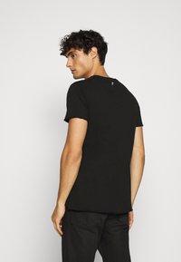 Key Largo - INDICATE ROUND - Print T-shirt - black - 2