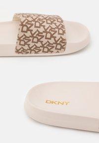 DKNY - ZEKE - Mules - chino - 5