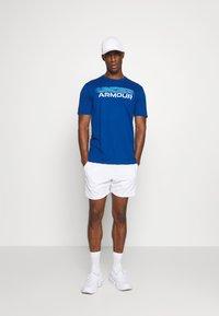 Under Armour - BLURRY LOGO WORDMARK  - T-shirt imprimé - graphite blue/electric blue - 1